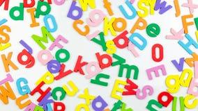 Alphabetmagneten auf whiteboard stock video