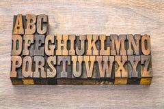 Alphabetzusammenfassung in der Weinleseholzart Stockbilder