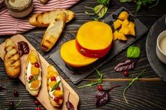 Alphonso mango Bruschetta z mango i serem homemade Zdrowy jarski nutritionon drewniany tło, Odgórny widok kopia zdjęcia stock