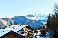 Alpi, alberi e tetti svizzeri nell'inverno Fotografia Stock Libera da Diritti