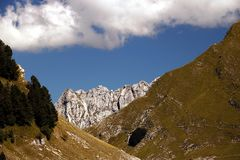 Alpi Apuane au-dessus des carri?res de marbre blanches de Carrare Un paysage avec le côté droit de Sagro de bâti avec les cieux e photo libre de droits
