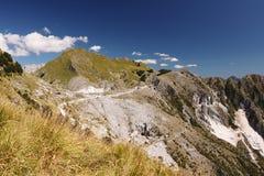 Alpi Apuane ?ber den wei?en Marmorsteinbr?chen von Carrara Eine Landschaft mit Berg Sagro mit klarem Himmel und Wolken Carrara, T lizenzfreies stockbild