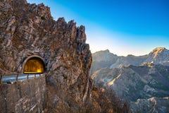 Alpi Apuane halna drogowa przepustka i tunelu widok przy zmierzchem Carrar zdjęcia stock