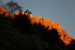 Alpi Apuane, Massa Carrara, Tosc?nia, It?lia Montanha iluminada foto de stock