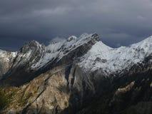 Alpi Apuane no inverno com picos nevados As pedreira de m?rmore brancas s?o camufladas com o branco da neve Passo del Vestito foto de stock