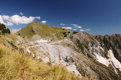 Alpi Apuane sobre las minas de m?rmol blancas de Carrara Un paisaje con el soporte Sagro con el cielo y las nubes claros Carrara, imagen de archivo libre de regalías