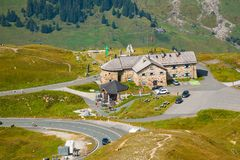 ALPI, AUSTRIA - 27 08 2017: Turisti al ristorante della montagna sull'alta strada alpina di Grossglockner in Austria Immagini Stock Libere da Diritti
