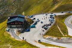 ALPI, AUSTRIA - 27 08 2017: Turisti al ristorante della montagna sull'alta strada alpina di Grossglockner in Austria Immagine Stock Libera da Diritti