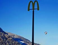Alpi austriache, balloning sopra le montagne e i advertis di Mcdonald Immagini Stock