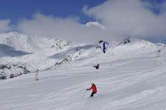 Alpi austriache: Corsa con gli sci e parapendio sopra Lienz fotografia stock