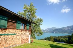 Alpi austriache: Vista dal pascolo alpino al lago Attersee, terra di Salzburger, Austria Immagini Stock Libere da Diritti