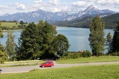 Alpi, automobile che accelera la strada del villaggio del od Immagini Stock Libere da Diritti