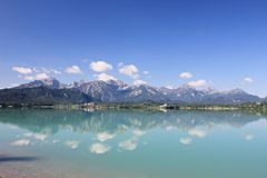 Alpi bavaresi che si rispecchiano nel lago Forggensee Immagine Stock