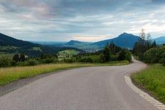 Alpi bavaresi con il Mountain View e prati nel Allgau Fotografie Stock