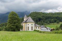 Alpi bavaresi vicino a Berchtesgaden con la chiesa vicino a Berchtesgaden in Germania Fotografia Stock Libera da Diritti