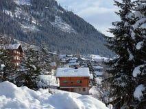 Alpi, catena montuosa coperta nella neve, villaggio alpino Immagini Stock