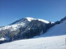 Alpi che sciano in Austria, le montagne di inverno, la neve ed il corso in discesa Immagini Stock