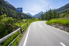 Alpi circondate strada principale Immagine Stock