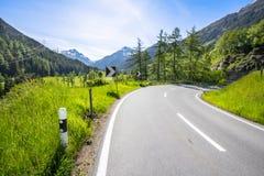 Alpi circondate strada principale Immagini Stock