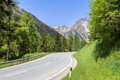 Alpi circondate strada principale Fotografie Stock