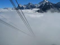 Alpi con foschia e la cabina di funivia Fotografie Stock Libere da Diritti