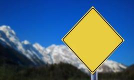 Alpi con l'etichetta gialla della strada Fotografie Stock