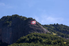 Alpi con la bandiera enorme dello svizzero Immagine Stock