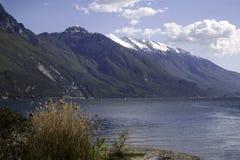 Alpi con neve nel lago garda, Italia Fotografie Stock