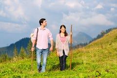 Alpi - coppie che fanno un'escursione in montagne bavaresi Immagini Stock Libere da Diritti