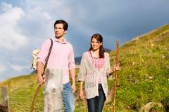 Alpi - coppie che fanno un'escursione in montagne bavaresi Immagine Stock Libera da Diritti