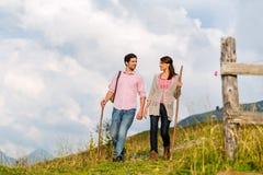 Alpi - coppie che fanno un'escursione in montagne bavaresi Fotografie Stock Libere da Diritti