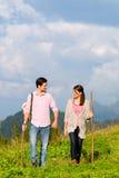 Alpi - coppie che fanno un'escursione in montagne bavaresi Fotografia Stock Libera da Diritti