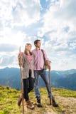 Alpi - coppie che fanno un'escursione nelle montagne bavaresi Immagine Stock