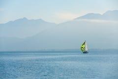 Alpi del francese del lago annecy della barca a vela Fotografia Stock Libera da Diritti