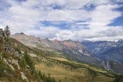 Alpi del paesaggio della montagna con le nuvole Fotografia Stock