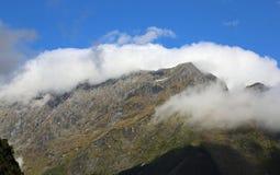 Alpi del sud in residuo di stoffa delle nuvole Fotografia Stock Libera da Diritti