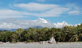 Alpi del sud. Vista dalla spiaggia di Gillespies Fotografie Stock