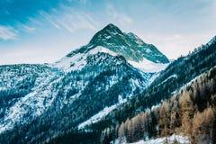 Alpi dell'austriaco dei picchi di montagna della neve di inverno Fotografie Stock Libere da Diritti