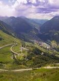 Alpi dell'italiano della strada della montagna e della valle del villaggio Immagini Stock Libere da Diritti