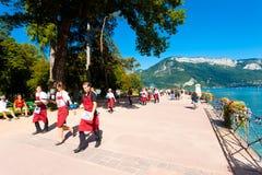 Alpi della corsa dei camerieri del lago annecy dei partecipanti Fotografie Stock