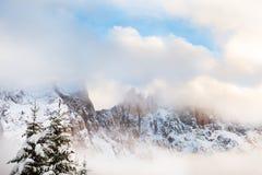 Alpi della dolomia di inverno nel giorno nebbioso Immagini Stock