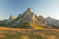 Alpi della dolomia durante l'alba in Passo Giau Fotografia Stock