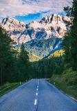 Alpi della dolomia in Italia Bello giorno I passaggi della strada nel co Fotografia Stock