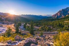 Alpi della dolomia in Italia Bello giorno I passaggi della strada nel co Fotografie Stock
