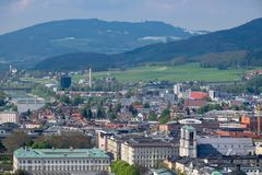 Alpi della montagna del fondo della città di Salisburgo di vista del cielo Fotografia Stock Libera da Diritti