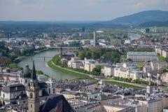 Alpi della montagna del fondo della città di Salisburgo di vista del cielo Fotografie Stock