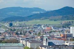 Alpi della montagna del fondo della città di Salisburgo di vista del cielo Immagine Stock Libera da Diritti