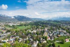 Alpi della montagna del fondo della città di Salisburgo di vista aerea Immagini Stock Libere da Diritti