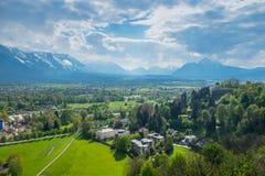Alpi della montagna del fondo della città di Salisburgo di vista aerea Immagine Stock