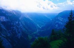Alpi della valle e dello svizzero di Lauterbrunnen in foschia di sera Fotografia Stock